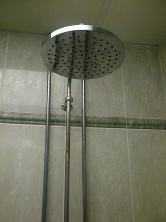 Ramada Resort Cwrt Bleddyn Hotel & Spa: dirty cold showers in male changing rooms