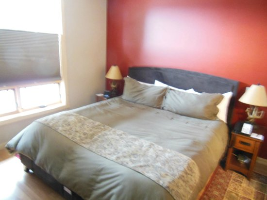 Twisp River Suites: King size bed