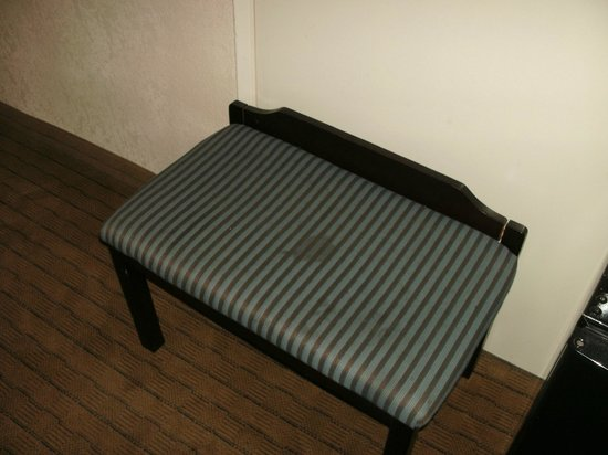 Baymont Inn & Suites LAX/Lawndale: Stained seat/luggage rack