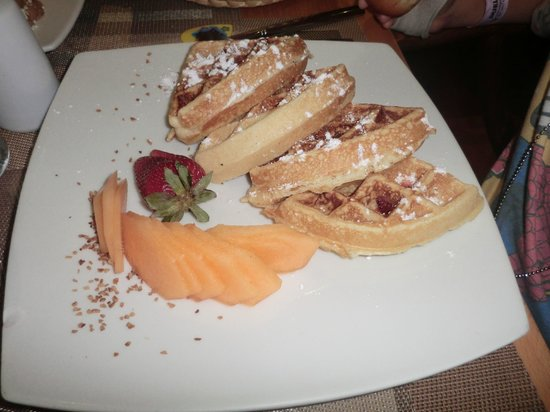 La Pasteleteria Malecon: Waffles with fruit