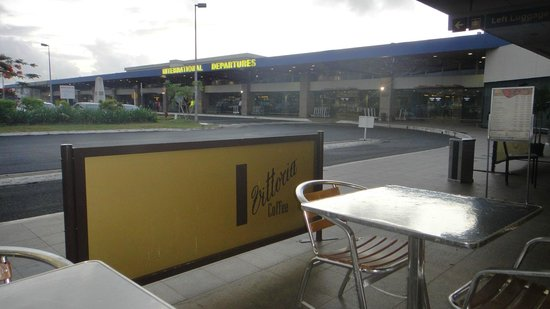 Esquires Coffee House-Nadi Airport: view to the international departure terminal