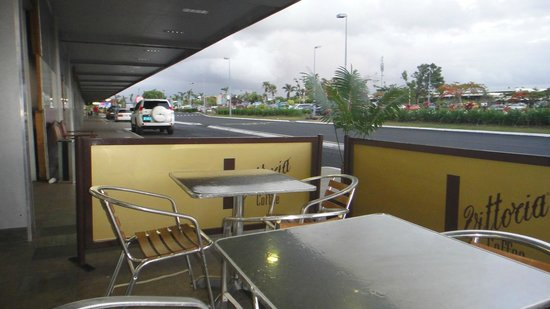 Esquires Coffee House-Nadi Airport: wiew to the left from the terminal