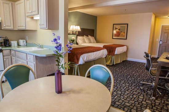 Marinwood Inn & Suites: 2 Queen Bed with Kitchen