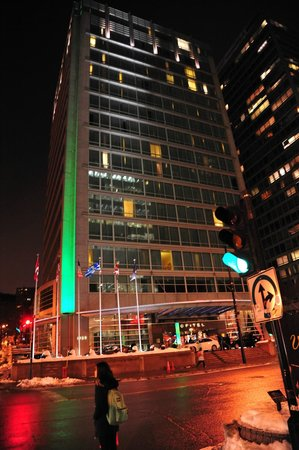 Sofitel Montreal: Sofitel at night...this is a GREAT place to stay.