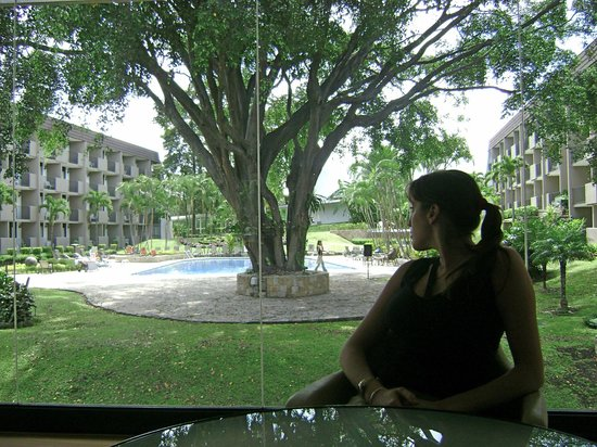 Best Western Irazu Hotel & Casino: Del lobby al parque