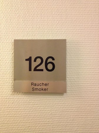 Best Western Premier IB Hotel Friedberger Warte: The placard to our supposedly non-smoking room