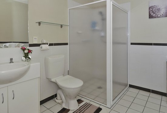 Springwaters Lodge: Bathroom complete with toilet, vanity and shower