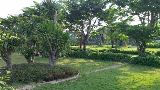 Hoi An Silk Marina Resort & Spa: Spacious tropical garden