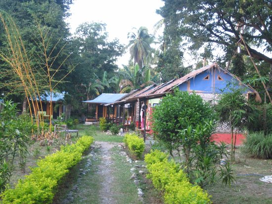Nirvana Bungalows : path to bungalows