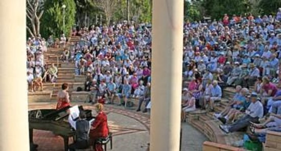Noosa Botanic Gardens: View of sell-out crowd from rear