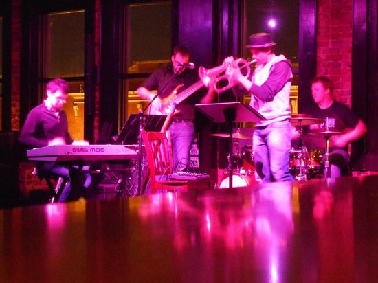 Pearlz Oyster Bar: Jazz Band Upstairs