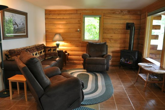 Daniels Lake Lodge Bed & Breakfast: Forget-me-not 2 bedroom cabin living room