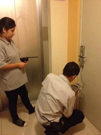Hotel Runcu Miraflores: How we had to have our door opened, as the keys all did not work.