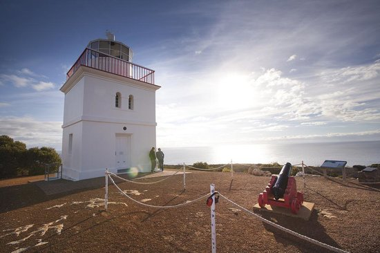 Cape Borda Lighthouse Keepers Heritage Accommodation: Cape Borda Lighthouse and Cannon
