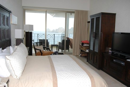 Casa Dorada Los Cabos Resort & Spa: Spacious Master View Suite with Kingsize Bed, Jacuzzi Bathtub, Plasma TV & DVD Player
