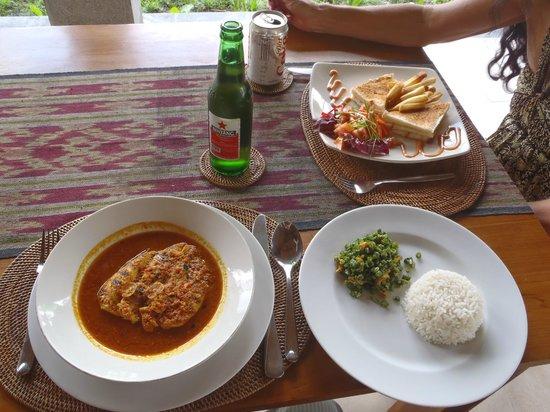 Saren Indah Restaurant: Ayam Rica Rica with Urab and rice
