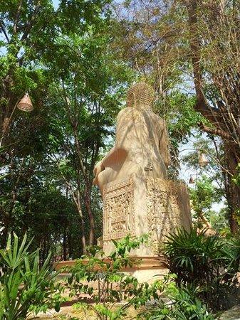 Wat Maheyong : Buddha statue in the trees