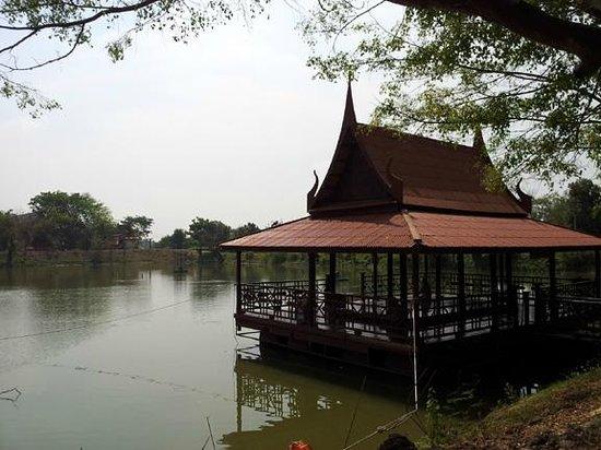 Wat Maheyong : floating pavilion for meditation
