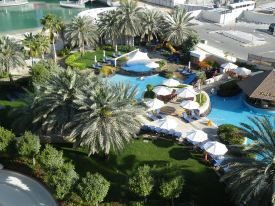 Sheraton Abu Dhabi Hotel & Resort: Pool and gardens