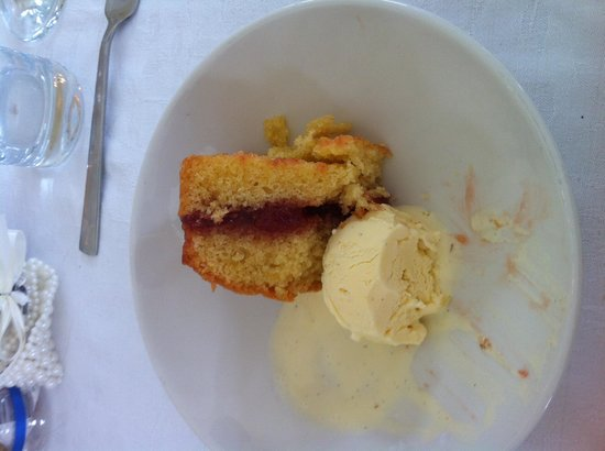 Pendragon Country House: Home made jam sponge and ice cream