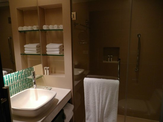 Swissotel Resort Phuket Kamala Beach: The small bathroom