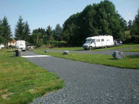 Anousta Chambres et Table d'Hotes a la Ferme : aire de camping-car avec tous les services