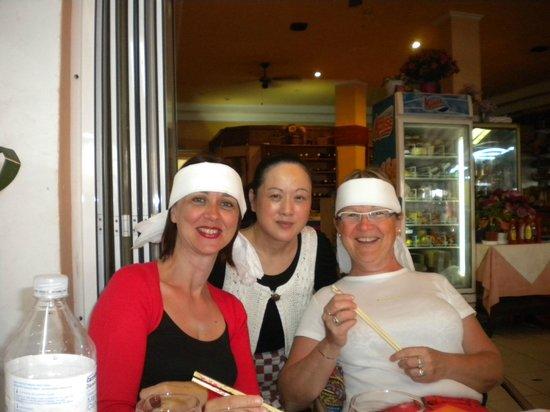 Intercontinental Restaurant: lors d'un repas chinois, la patronne au milieu