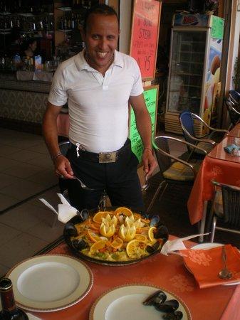 Intercontinental Restaurant: mustapha nous sert la paella !