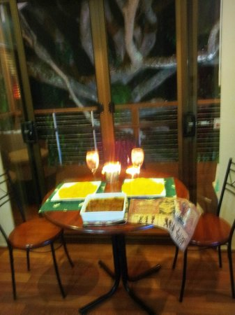 The African Cottage and Rondawel : Dinner by the tree