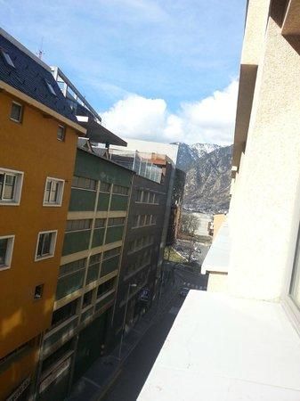 Tulip Inn Andorra Delfos Hotel: Vista desde habitación interior quinta planta