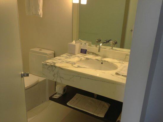 Holiday Inn Express Bangkok Siam: Huge, clean bathroom compared to others