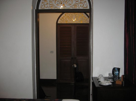 Praya Palazzo: view towards bathroom door