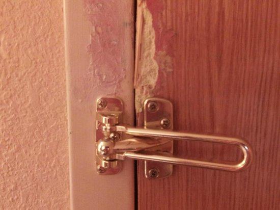 La Quinta Inn & Suites Fort Lauderdale Tamarac: LOWERED DOOR LATCH...NO REPAIR