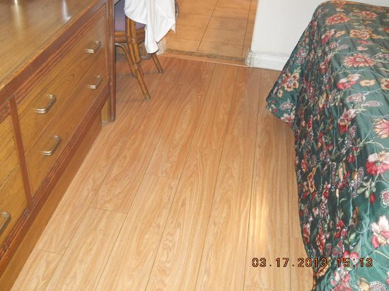 San Diego - Days Inn Harbor View / Airport / Convention Ctr: Fake hardwood floors
