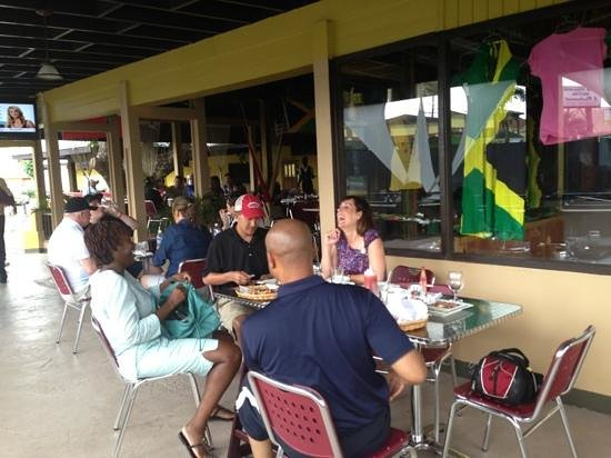 Mongoose Jamaica Restaurant and Lounge : enjoying a delicious meal with friends
