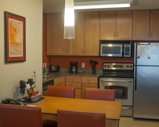 Residence Inn by Marriott Harrisburg Carlisle: Prepare meals in your King Suite Kitchen Area