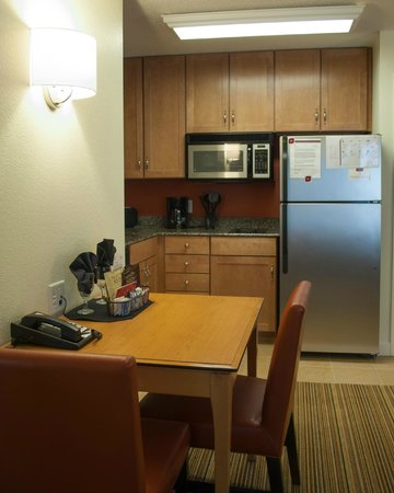 Residence Inn by Marriott Harrisburg Carlisle: Kitchen Area One Bedroom Suite