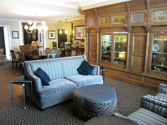 Hotel Julien Dubuque: Spacious Capone suite is well worn but comfy
