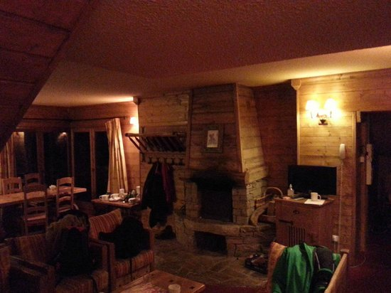 Chalet Panda : Dinning area and fireplace