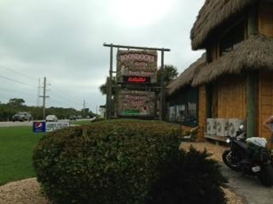 Boondocks Grille & Draft House : Sign and side view