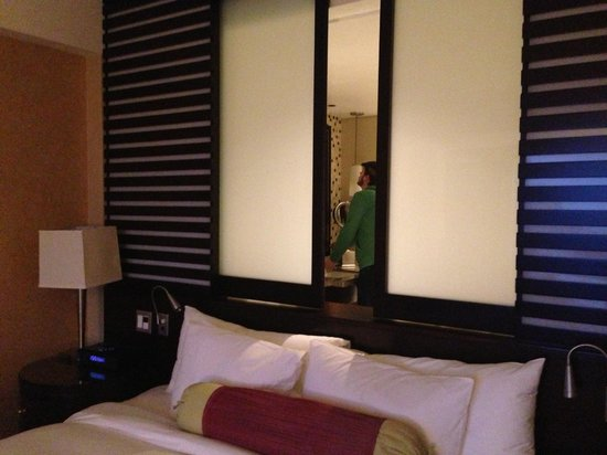 InterContinental Boston: Rm 1043 headboard has sliding partition onto huge bath