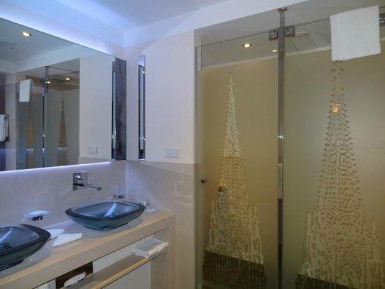 Dom-Hotel Köln: Der Dom im Badezimmer.....