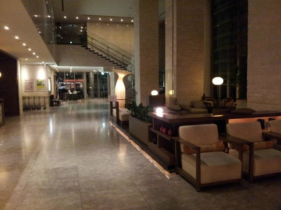 Hotel Sunroute Plaza Shinjuku: 3am in the lobby
