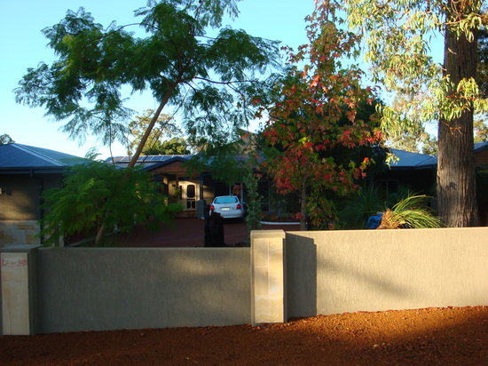 Lesmurdie Hills Bed & Breakfast: Close to airport, transport, wineries and restaurants