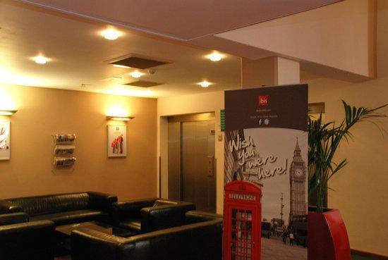 Ibis London Gatwick Airport: Lobby
