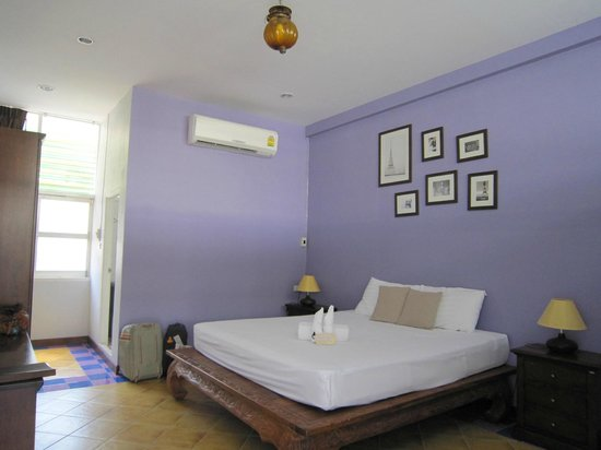 Feung Nakorn Balcony Rooms & Cafe: Our first room
