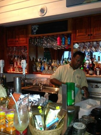 Hatchet Caye Resort: Lion Fish Bar and Andy