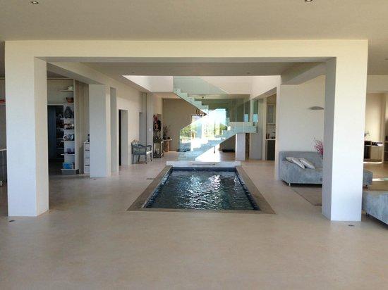 Ibitshi Guest Lodge Wilderness: Pool im Haus