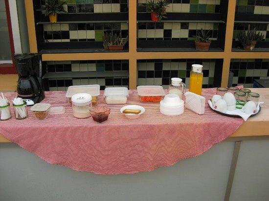 Marisol Boutique Hotel: Frühstück im Freien ohne Sitzgelegenheit