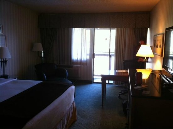 Red Lion Hotel Bellevue: King Room Sliding Glass Doors